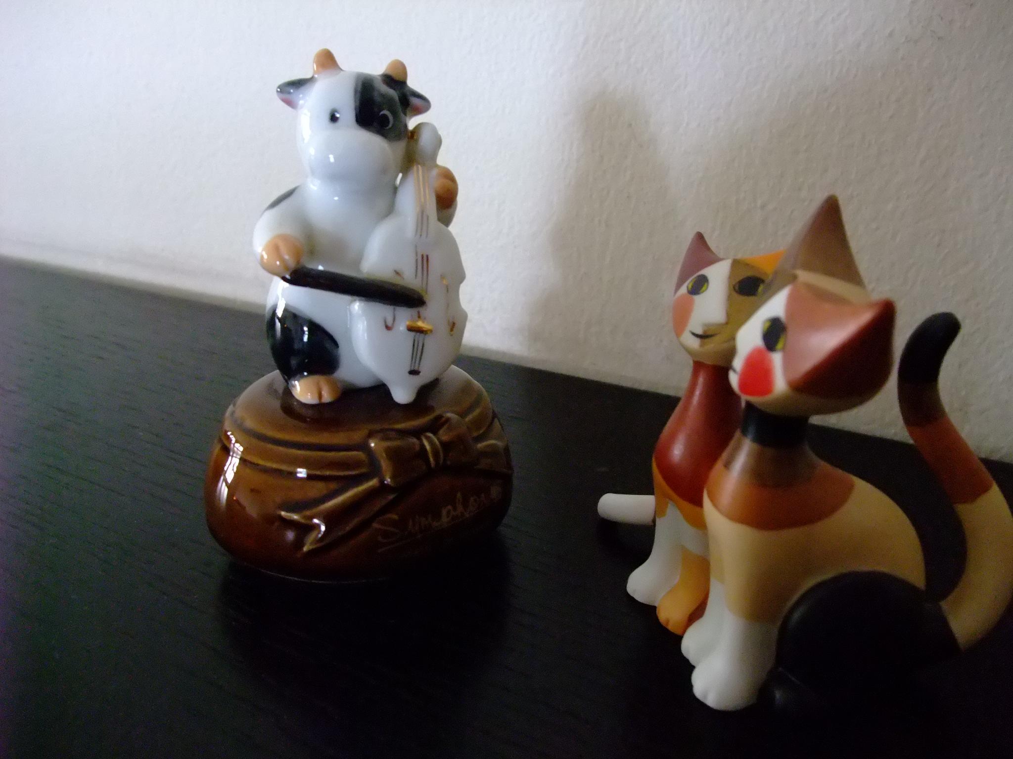 """人类说""""对牛弹琴"""",还不知道牛大哥每天给我们拉琴呢!——猫咪兄弟 (人間は『对牛弹琴』と言うが、 牛兄ちゃんが毎日琴を弾いてくれていることをまったく知らないのね!~猫兄弟)"""